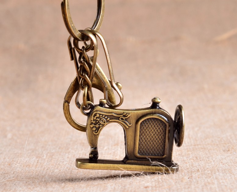 Retro fashion sewing machine keychain
